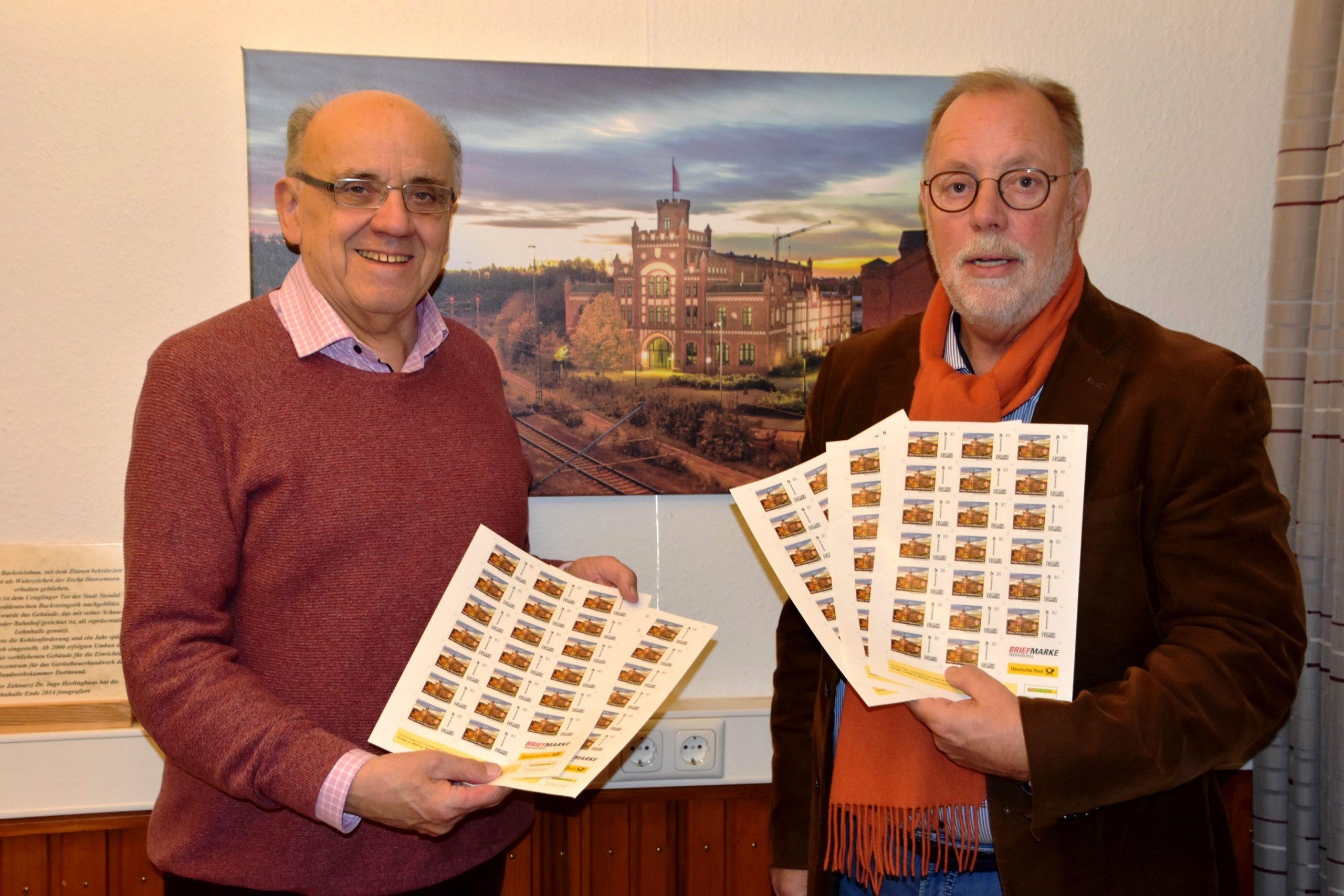 Ideengeber Franz-Heinrich Veuhoff (l) und Heimatvereinsvorsitzender Hans-Ulrich Peuser vor dem Originalbild des Sonderbriefmarkenmotivs.